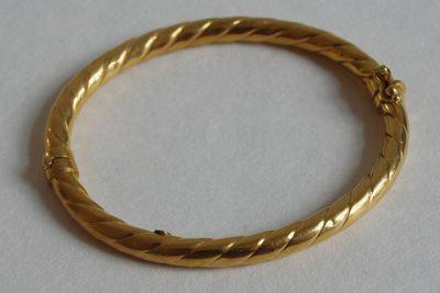 Jonc en or jaune à motifs torsadés. Poids : 12,5 g
