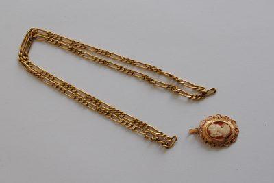 Lot de bijoux en or comprenant un camée et une chaîne.