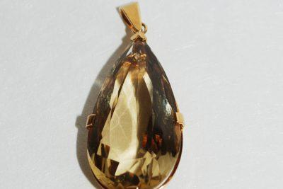 Grand pendentif en or jaune serti d'un quartz fumé.