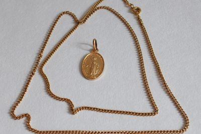 Chaîne en or. Poids brut : 9,9 g On y joint une médaille de la Vierge en métal doré.