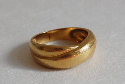 Bague en or jaune à deux anneaux entrelacés. Poids brut : 5,9 g