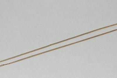 Une chaîne en or à maillons forçats.