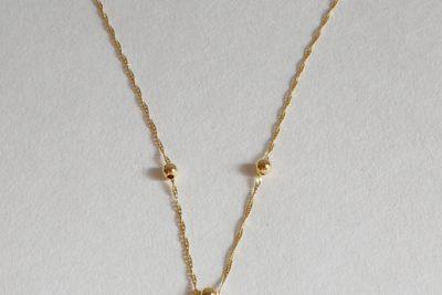Collier en or à maillons très fins ornés de petites perles dorées. Poids brut : 2,4 g