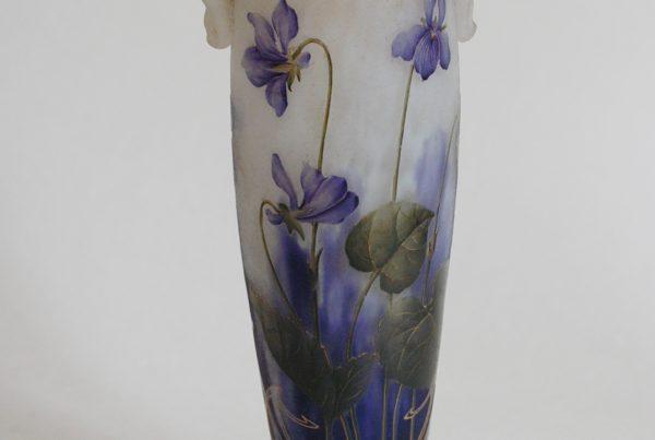 DAUM Nancy Petit vase amphore à décor gravé à l'acide d'iris sur fond sablé, rehauts de dorure. Vers 1900. Signé.